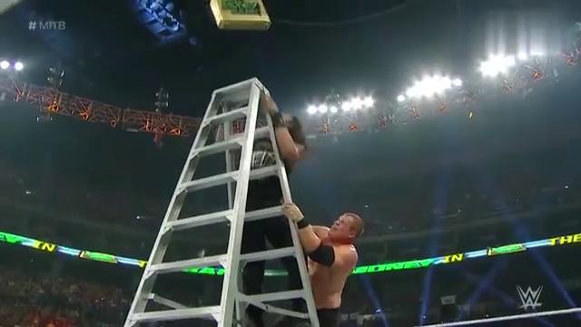 WWE:罗曼凌空跃起往台下一仆,直接干倒5个对手,太强了!