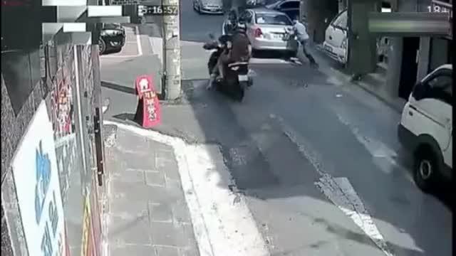 男子溜车无助女司机现场救急,谁知却是火上浇油