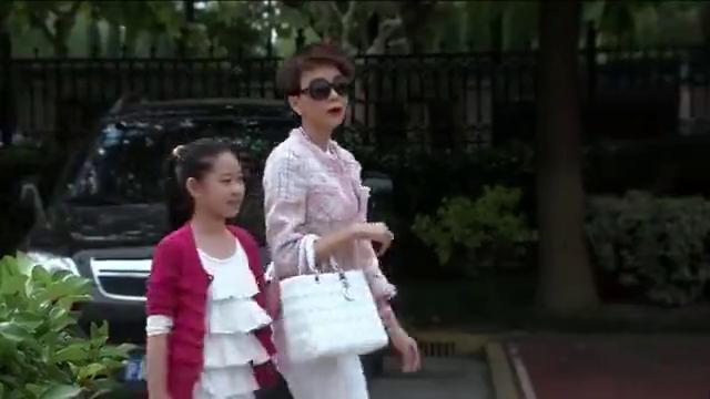 富婆带女儿到贵族学校报名,别人都是秘书带来报名,富婆脸挂不住