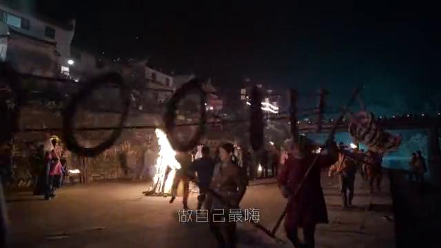欢乐颂:在海边的码头上,一群人围着火堆跳舞
