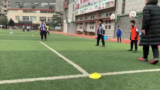 国脚母校万松园路小学的足球少年