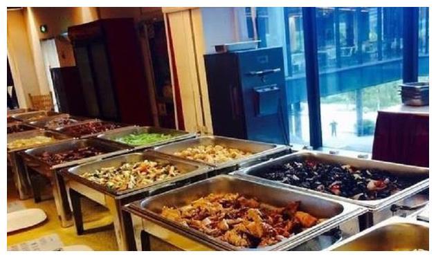 实拍富士康食堂长如何,走进去觉得很舒适,就连饭菜都与众不同