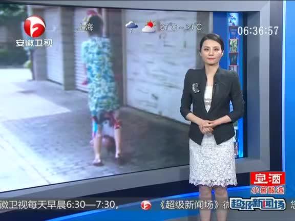 广西南宁:倒提孩子散步 说能帮助长高?