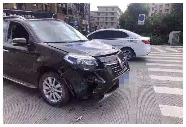 车放4S店维修却被撞报废,车主理赔却被怼,4S店:送两次保养