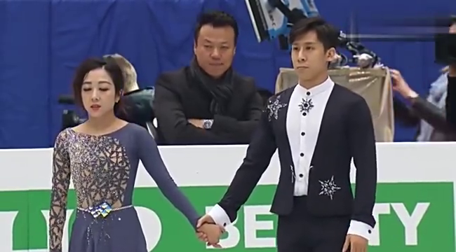 花样滑冰-隋文静拉着韩聪进入比赛,韩聪闭着眼睛是紧张了吗?