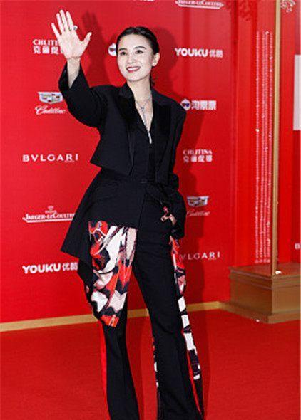 21届上海电影节星装:宋佳McQ拼接西装裙+喇叭裤,干练帅气