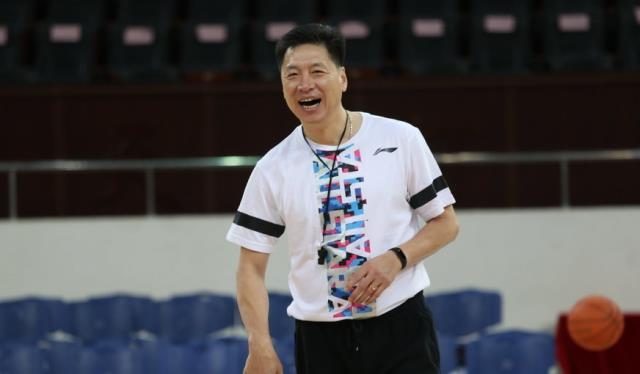 别样男团!李春江晒广厦队新教练组合影 这在CBA是什么水平