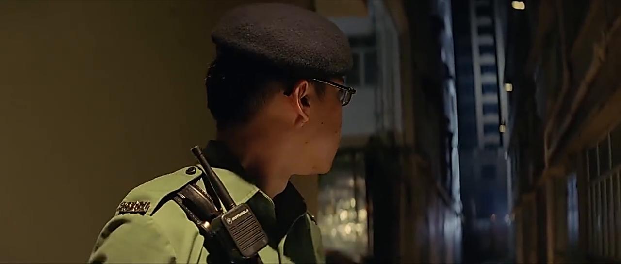 机动部队:警察黑巷执法差点打出人命,这警察怎么看都不像是好的
