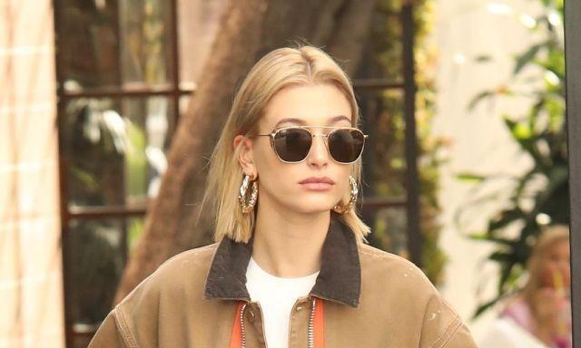 """海莉·鲍德温穿棕夹克造型像""""装修工"""",染回金发的她真是太美了"""