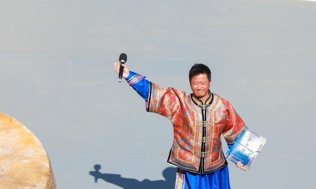 吴京亲临内蒙古马术节,脸被晒的黢黑发亮,差点让人认不出