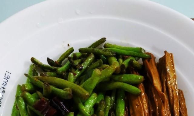 菜比饭多 好吃不胖  一盘盖浇饭三个菜不到六元  你值得拥有