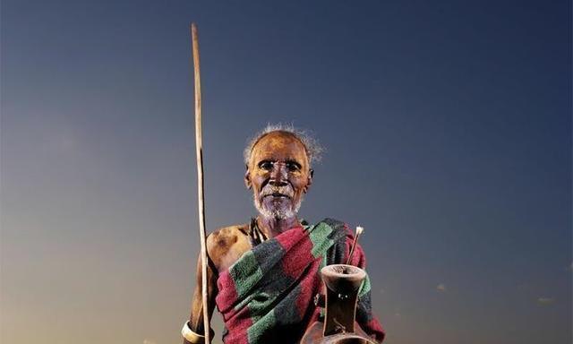网络时代的非洲原始部落,男人们的手里多了一个家伙