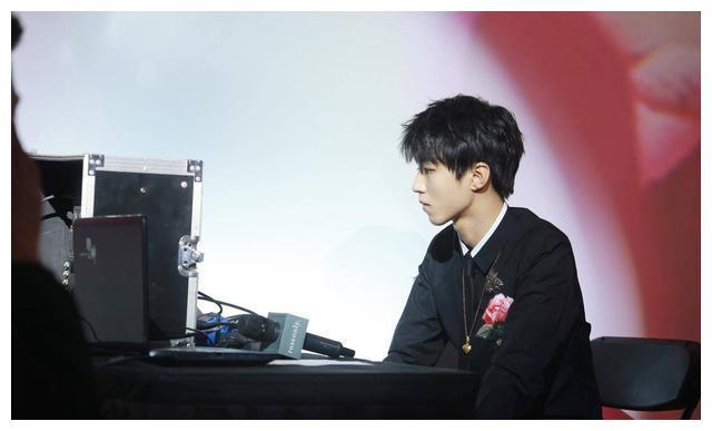 王俊凯·为爱出品,roseonly活动中获得特等奖的幸运情侣