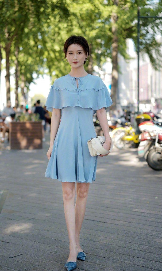 街拍:短发女生,一抹温柔蓝色,你被打动了吗?