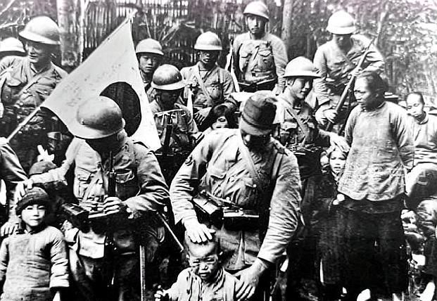 """老照片:迷路的日军被村民揍成""""猪头"""",八路军高头大马准备出击"""