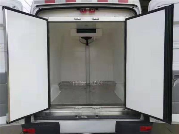 依维柯后双轮超大容积国五柴油面包冷藏车