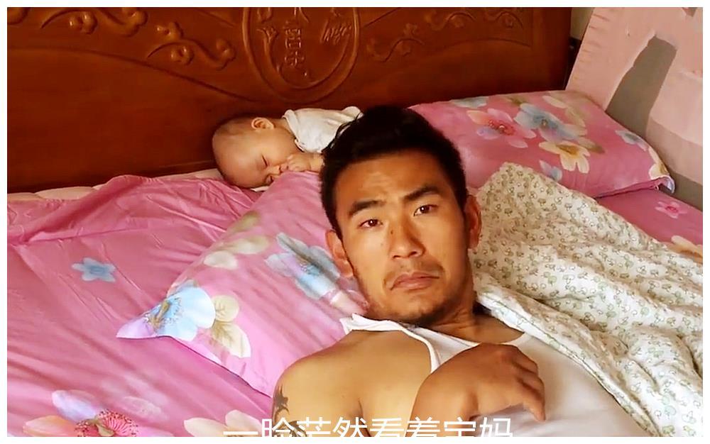 奶爸带娃累得倒头就睡,醒来后找不到宝宝,一脸茫然的看着宝妈