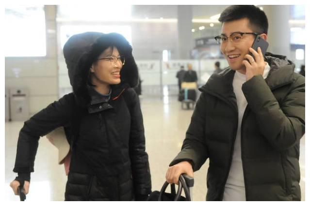 吴敏霞与老公现身上海虹桥机场 笑容满面幸福写在脸上