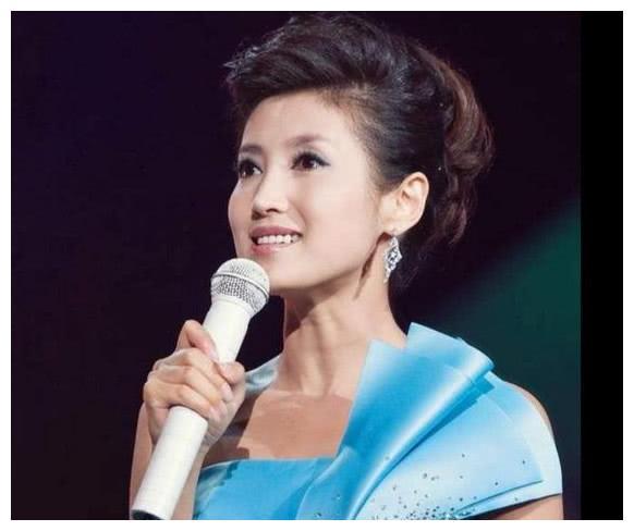 她是北京卫视当家花旦,二婚再嫁同行,丁克17年后因爱生子