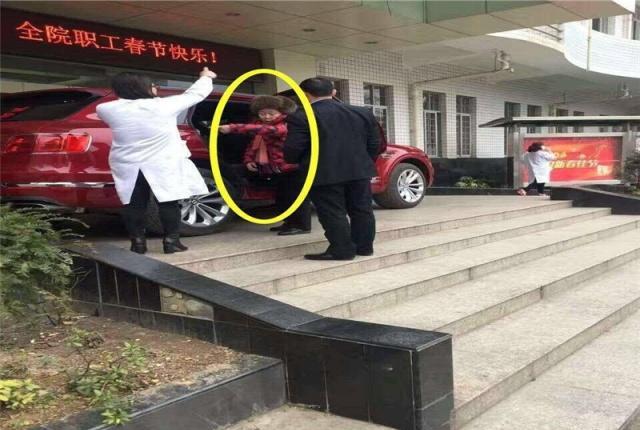 """网友医院偶遇1400万劳斯莱斯,谁知车主也是异常""""火辣""""!"""