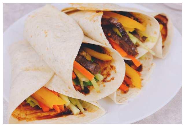 卷着吃更美味看看蔬菜牛肉卷饼怎么做吧