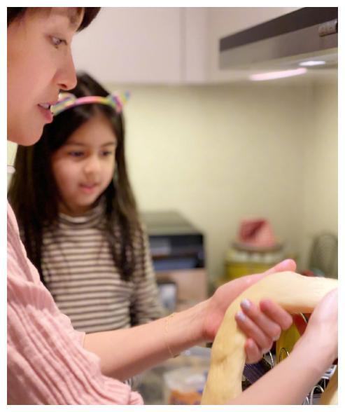 梁咏琪回西班牙避疫情,一家人大秀厨艺做美食,混血女儿颜值超高