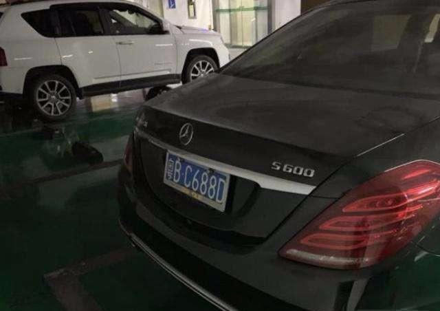 """金立终被""""扼杀"""",刘立荣的特斯拉奔驰210万卖出,车牌别有洞天"""