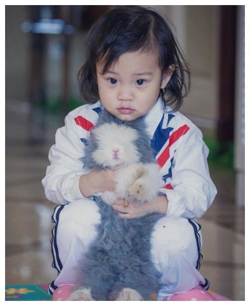 时隔4年后,李小璐总算舍得让甜馨露面了,模样像极了爸爸贾乃亮