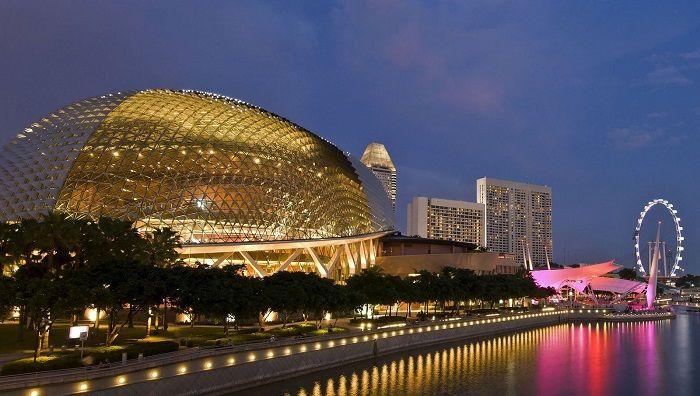 滨海艺术中心,在新加坡著名的滨海区,是最具特色的现代建筑