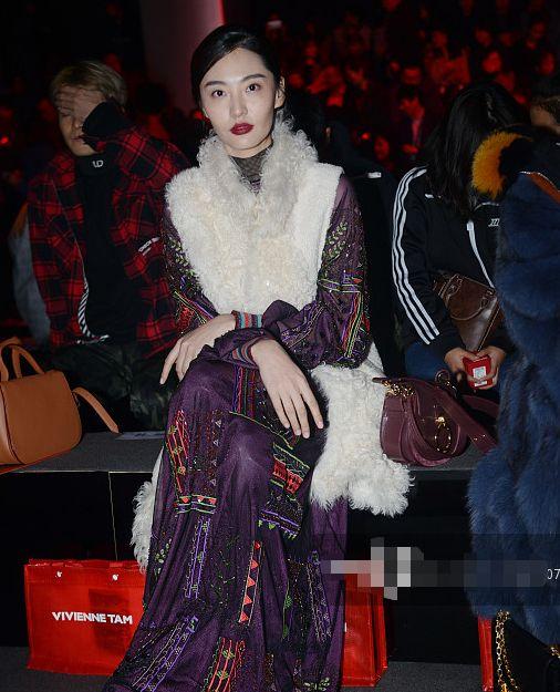 超模陈碧珂的时尚真是不敢恭维,羊毛卷似的无袖外套很是雍容华贵