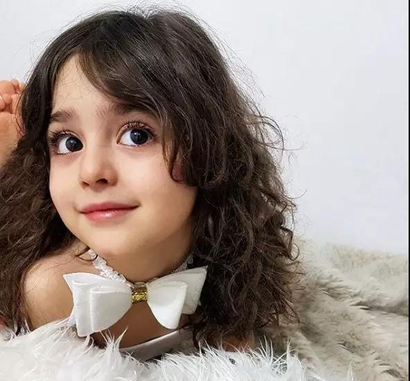 """伊朗8岁女童被封""""全球最美女童""""美到爸爸辞职当保镖"""