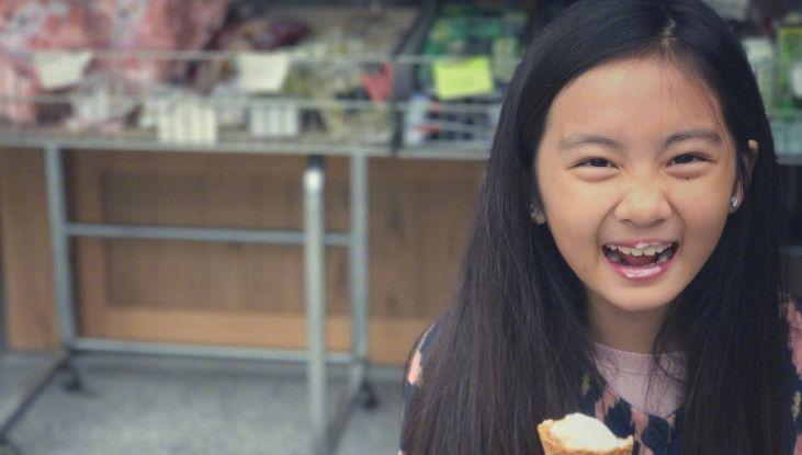 12岁的多多美得不可方物,网友:简直是翻版的朱茵!