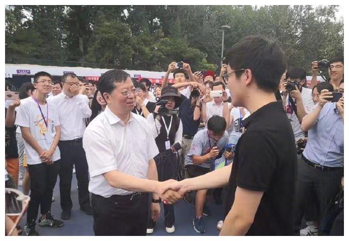 柯洁清华大学报到人气旺!与校长握手被叮嘱,遭同学围观求合影