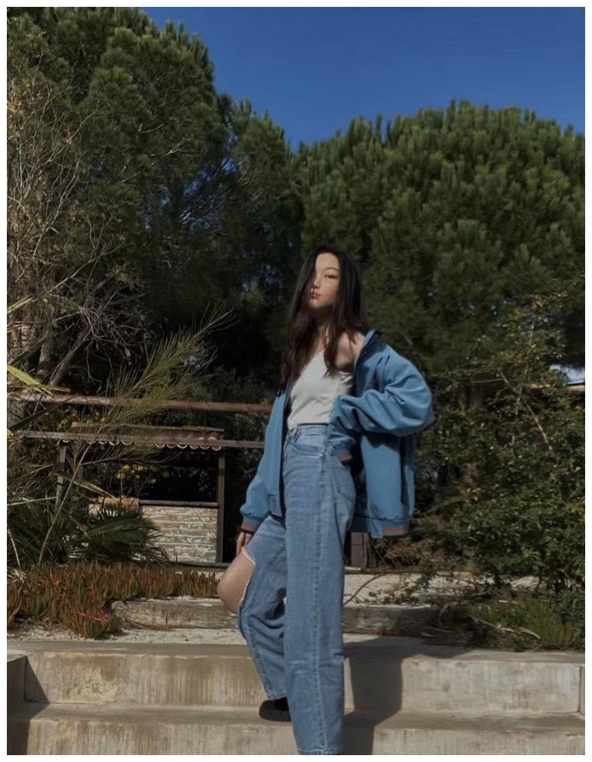 王菲女儿李嫣近照曝光,一身休闲牛仔衣穿出了性感风,不像13岁