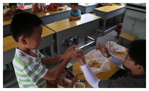 安庆师大学生志愿者用23颗鸡蛋教会小学生感恩!
