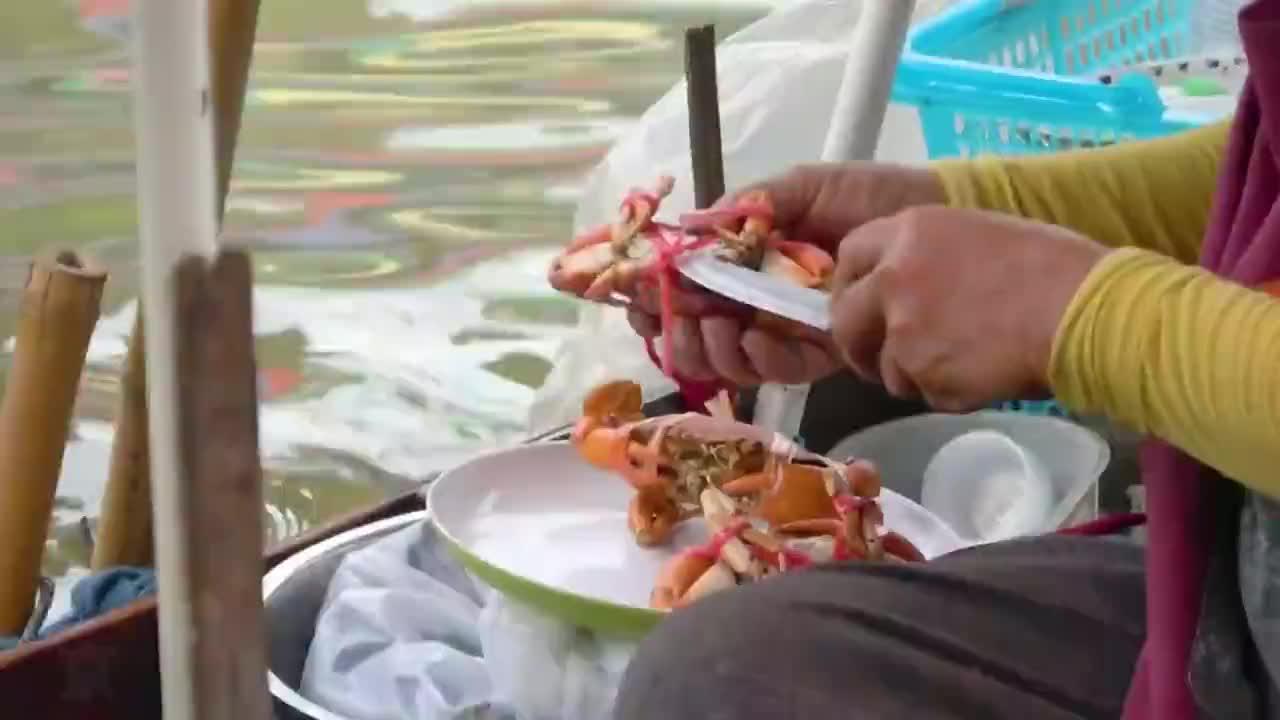 泰国水上市场,碳烤螃蟹,就餐环境很独特