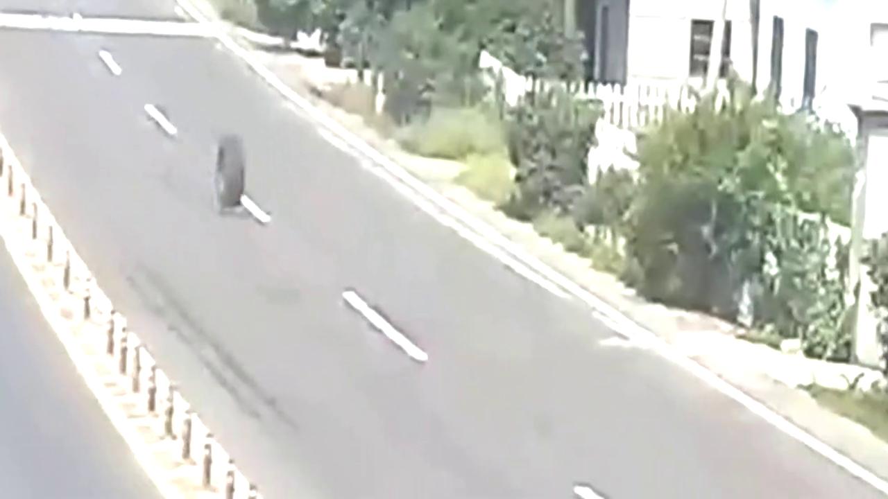 路边两小车本本分分,谁知下一秒躺着中枪!