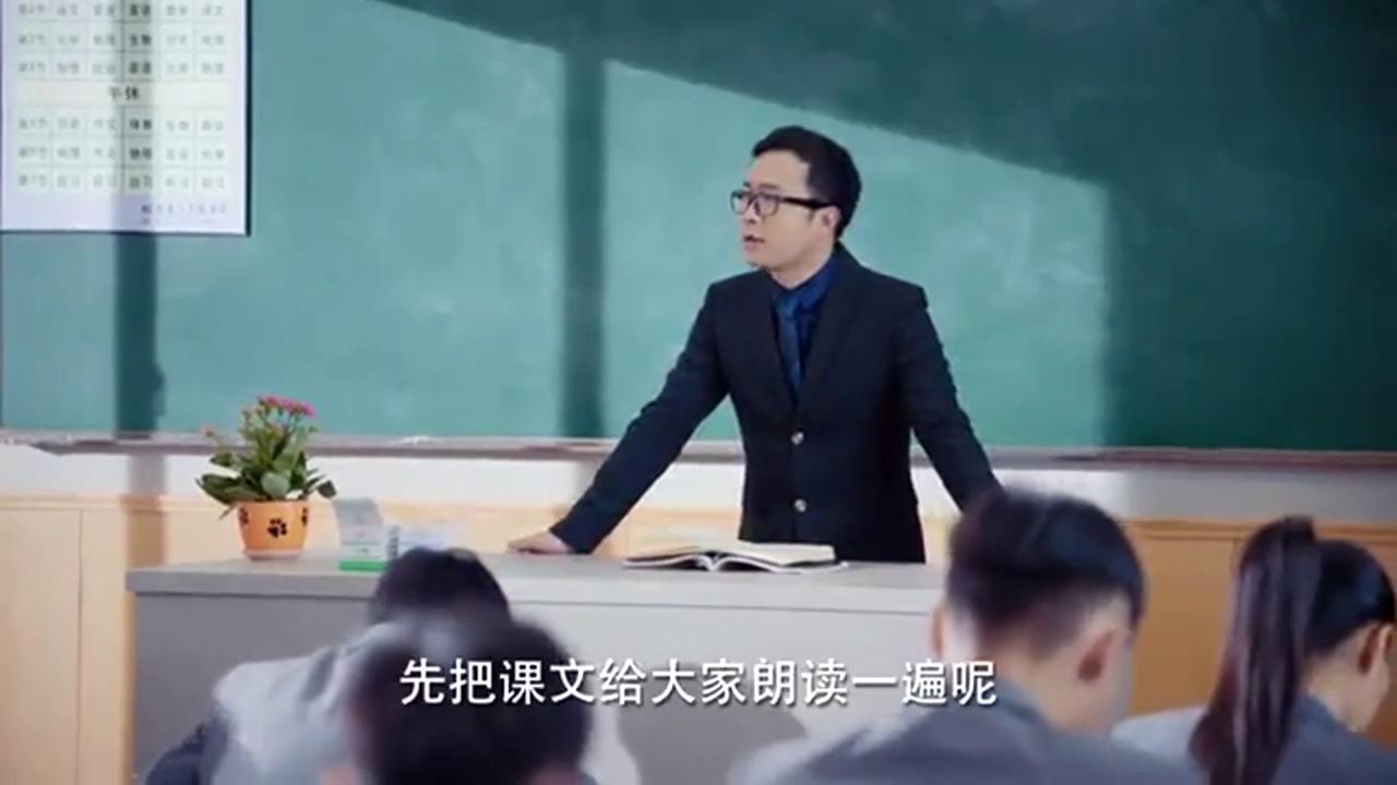 学生上课传纸条,被老师当场抓住,可这最后结果却让老师尴尬不已