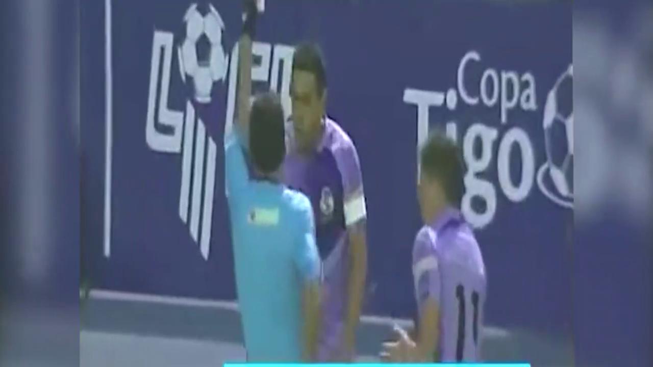 南美杯资格赛被罚下四人 球队主席冲入球场攻击裁判