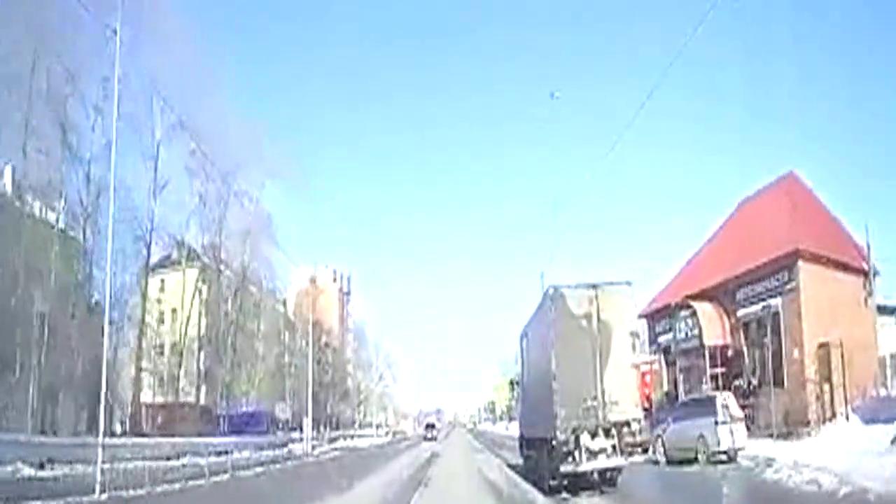 什么情况 看行驶中汽车被风吹开舱盖