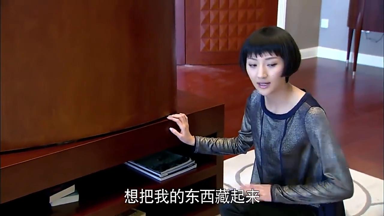 梁跃琦寻找护照时,却听到爸爸谈论这机密,连忙去给向峻通风报信