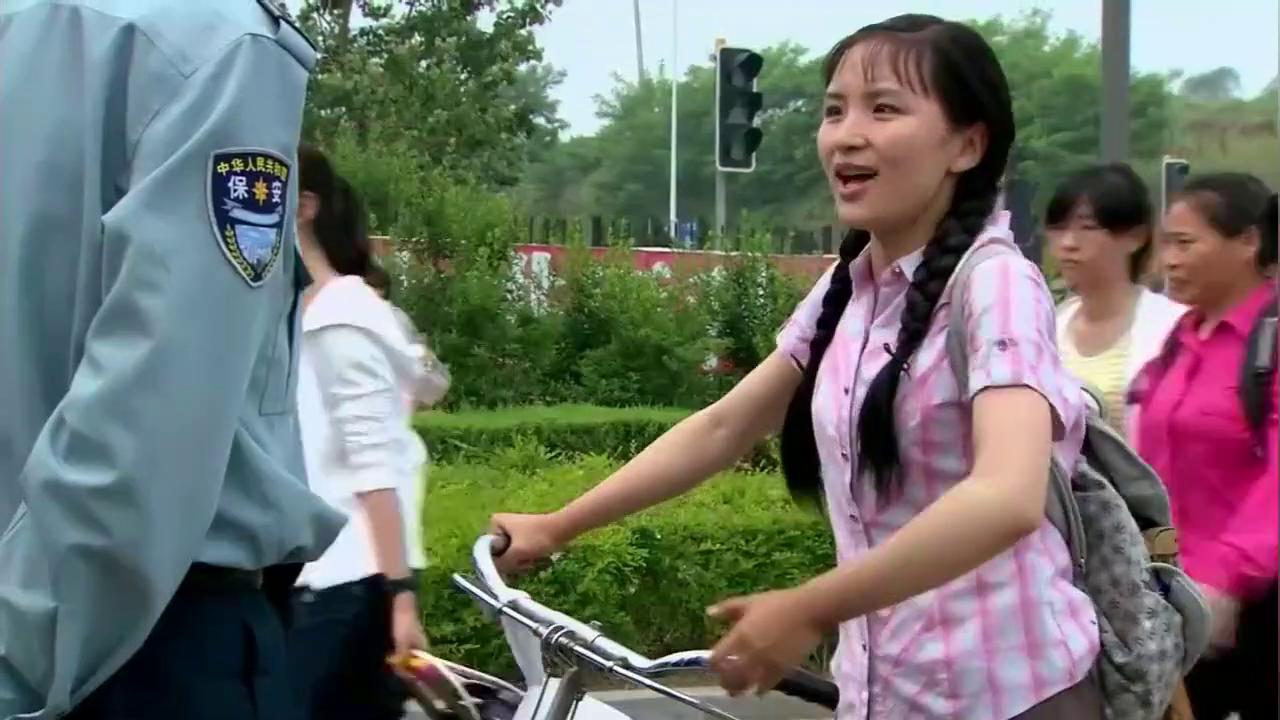 葵花推自行车去学校找男友,不料保安嫌她车太破,不想让她进