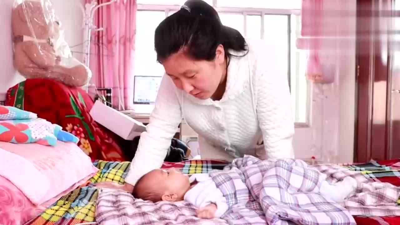小孔宝中午打扰妈妈睡觉妈妈说他还顶嘴气的小胖要教训他