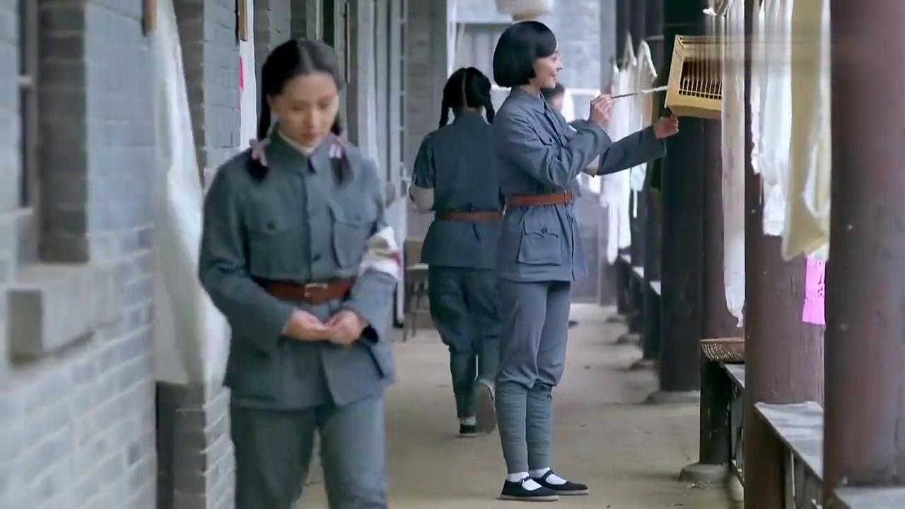 女战士头一次生理期,小护士翻箱倒柜帮找卫生带,怎料竟发现内奸