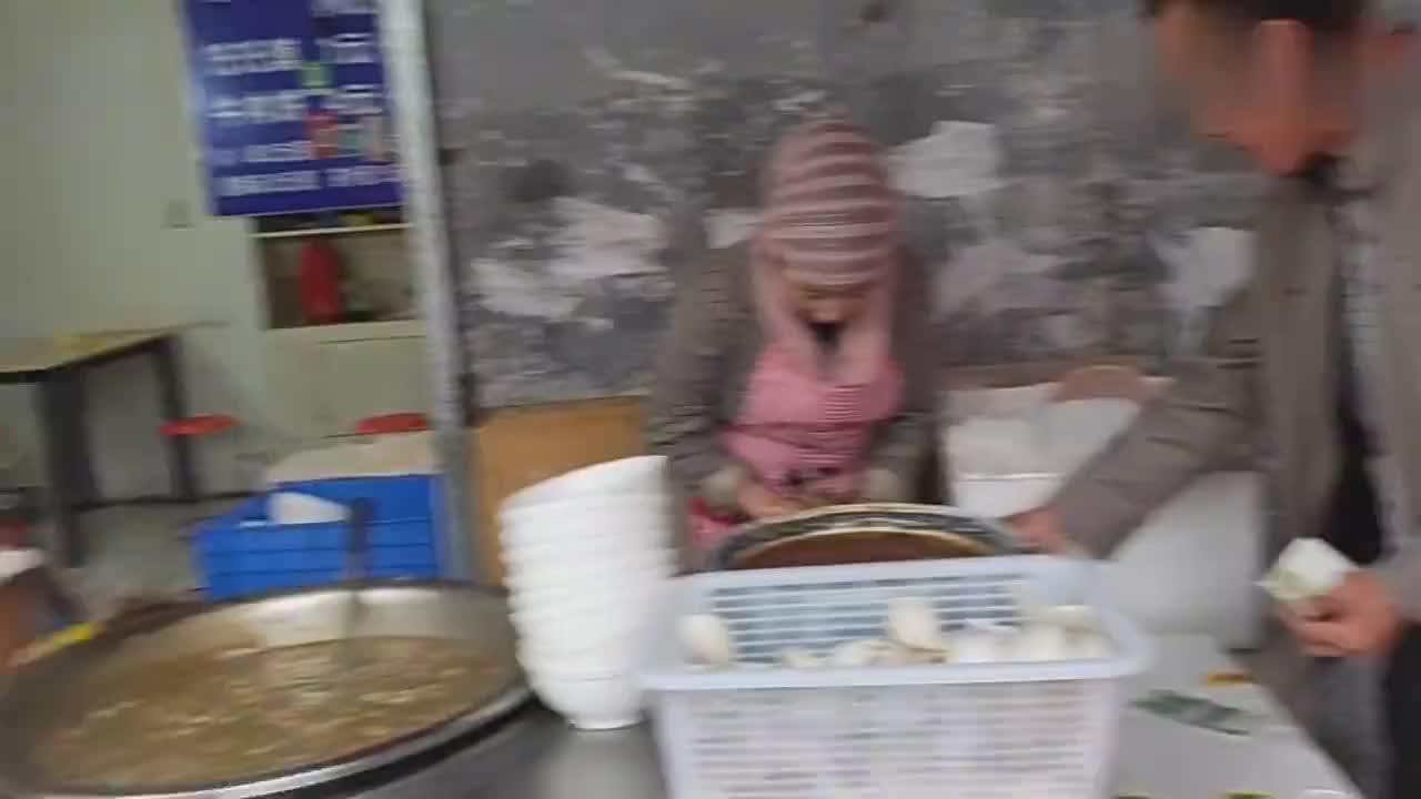 陪父母在西安吃早餐肉丸胡辣汤香酥牛肉饼