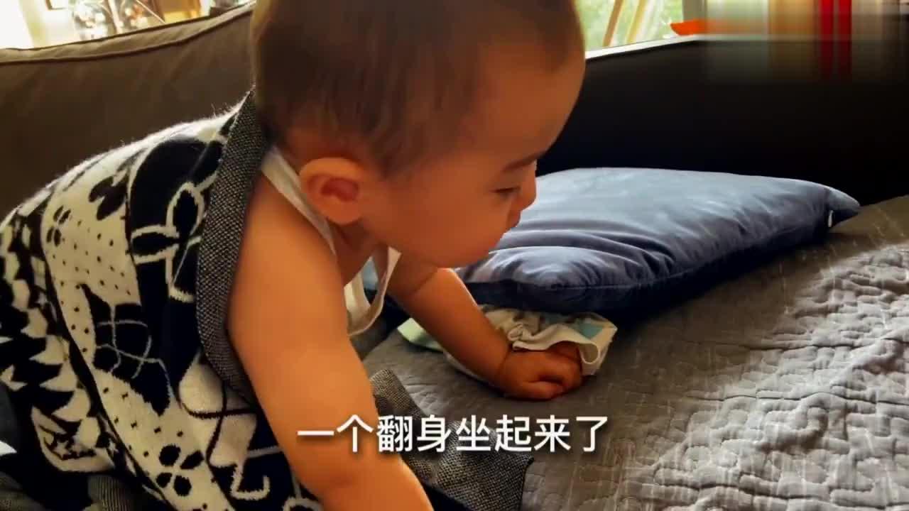 一岁宝宝睡午觉翻个身坐起来思考了一下人生,接着倒头就睡