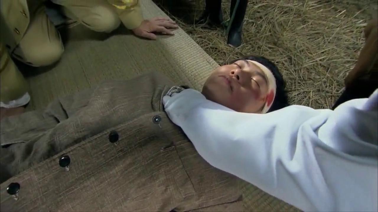 法医来验尸,判定没有生命迹象,在日本人面前演戏