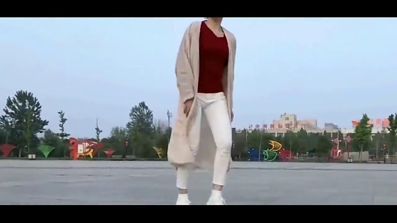 广场舞《心跳》,舞姿动感歌曲动听,姑娘这自由舞步跳得真漂亮