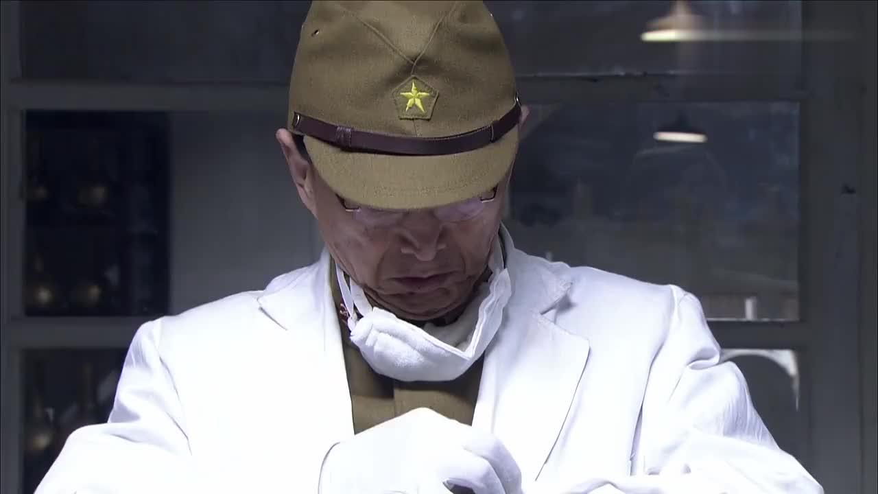 博士准备抽血取样谁料鬼子跟诈尸一样跳起来差点把他掐死