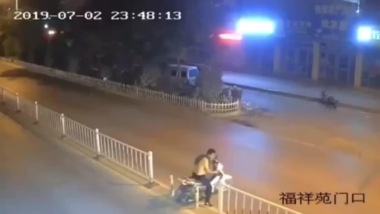 电动男子酒后马路上作死没想到遇上硬茬子一巴掌被当场扇懵
